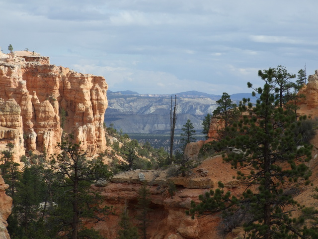 hoodoos and mountains 640x480