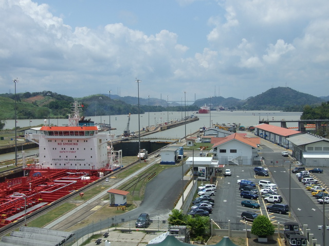 miraflores locks towards canal 640x480