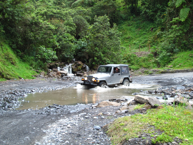 colombian river crossing jeep 640x480