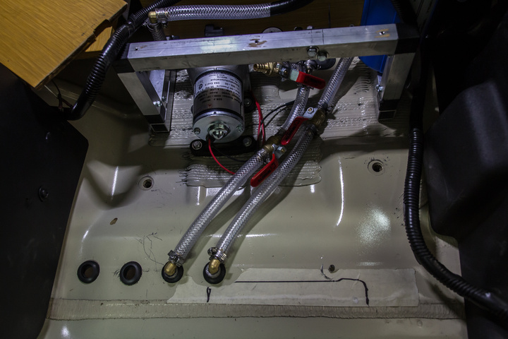 diy 4x4 water tank inside hoses pump 720x480