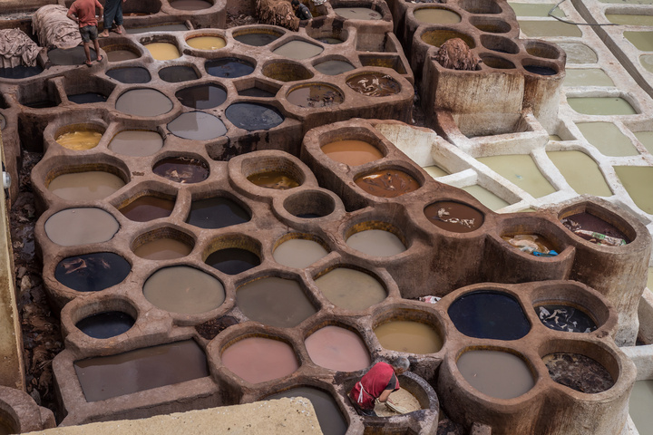 fes market tannery man in bath 720x480