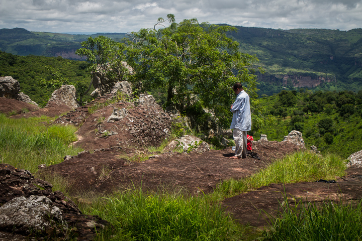 doucki hiking guinea praying 720x480