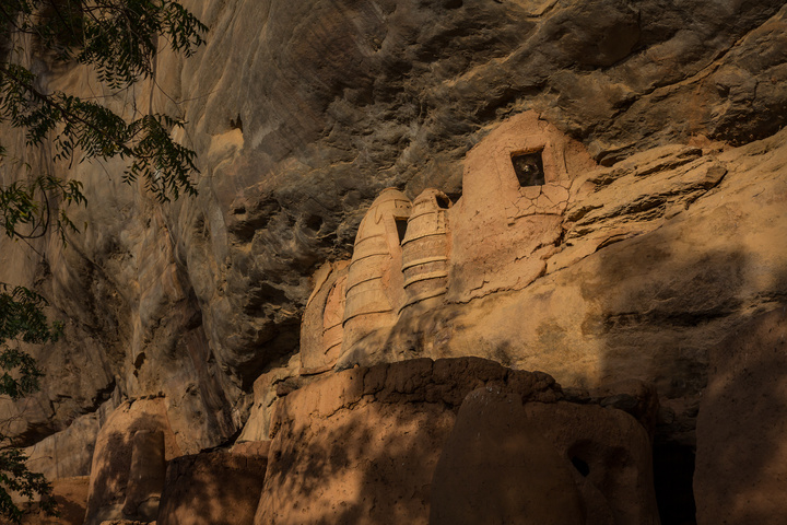 niansogoni burkina faso huts on mountainside 720x480