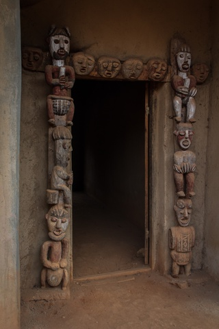 cameroon chief house carvings 320x480