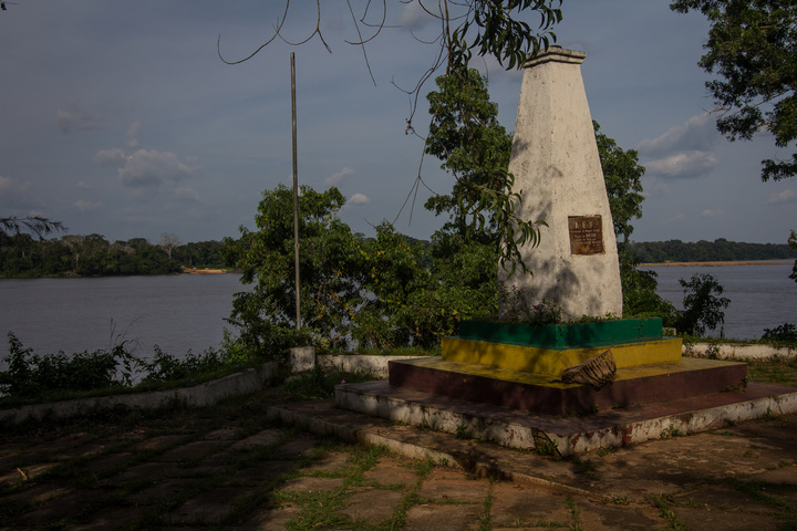 congo quesso river monument 720x480