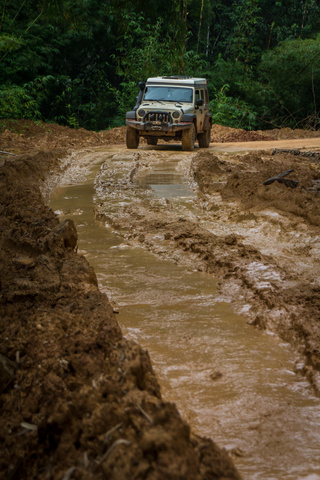 gabon muddy road jeep 320x480