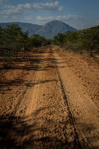 namib track mountains 320x480