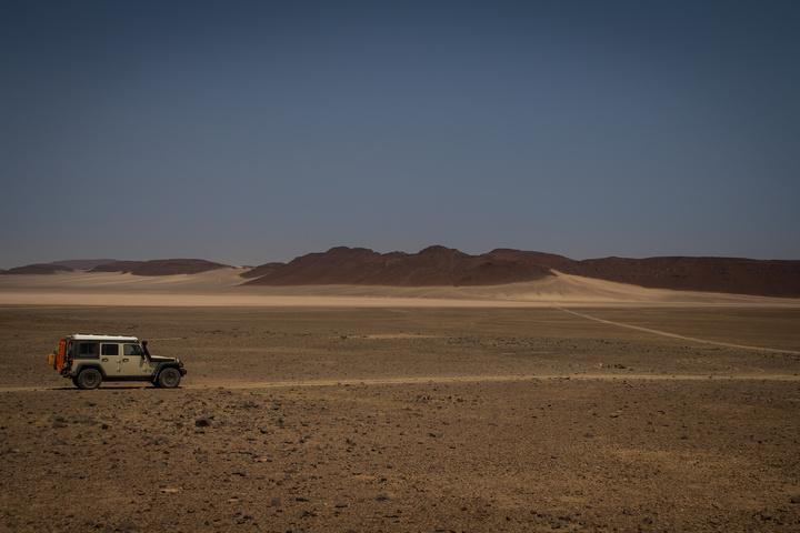 jeep barren desert 720x480