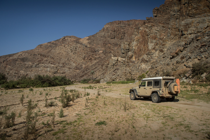 jeep barren riverbed 720x480