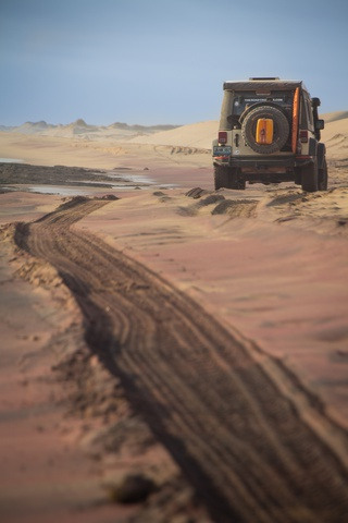 jeep sand tracks ocean 320x480