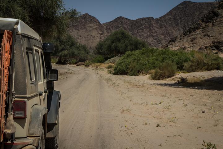 jeep sandy riverbed 720x480