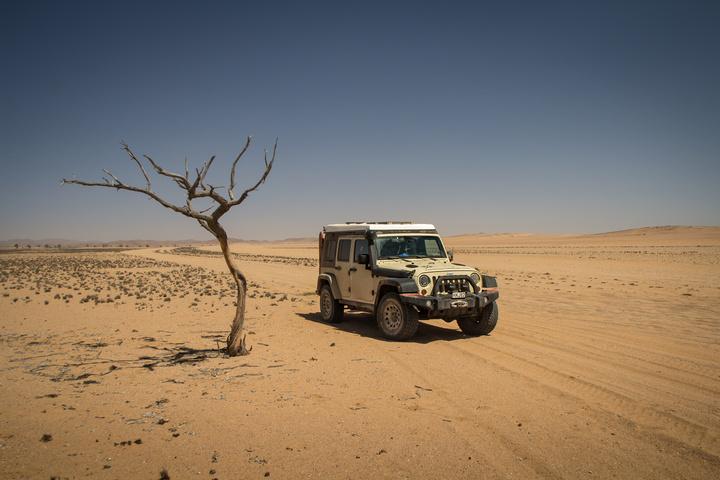 namibia barren desert jeep 720x480