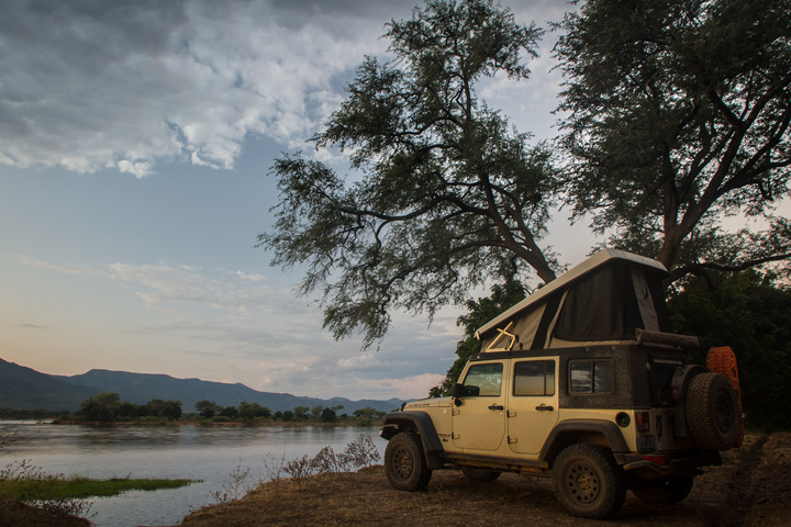 jeep zambezi river bank 720x480
