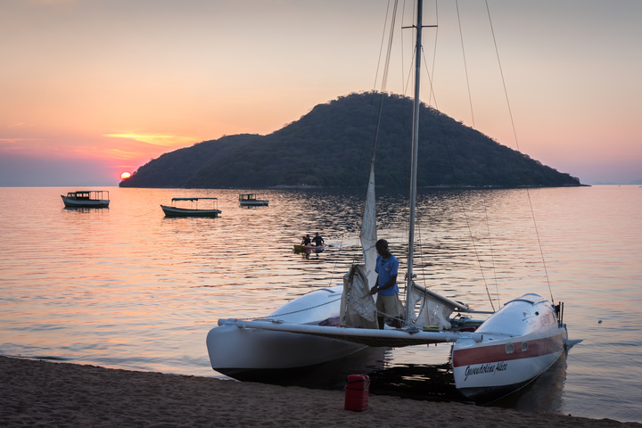 lake malawi sailing 720x480