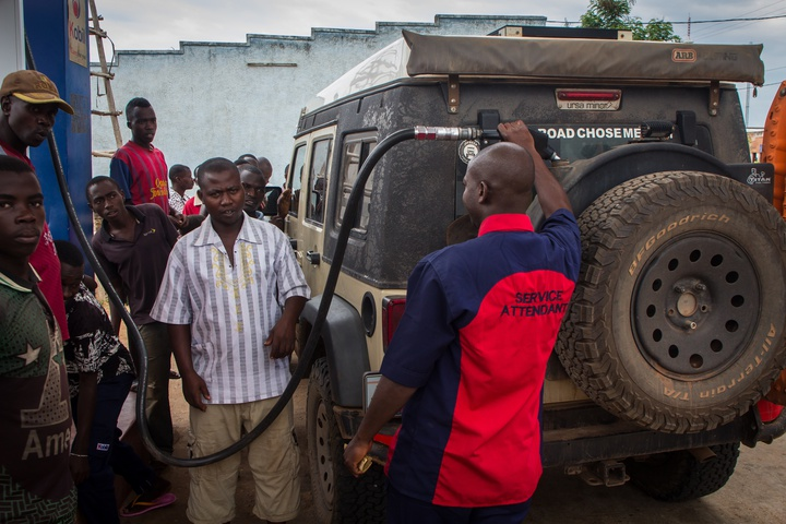 jeep filling gas crowd burundi 720x480