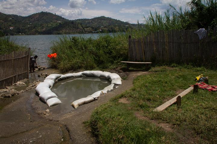 lake kivu hot spring 720x480