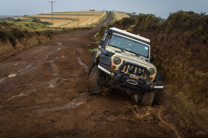 jeep in ditch setting winch 720x480