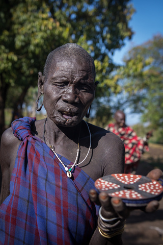 mursi lady with lip ring 320x480