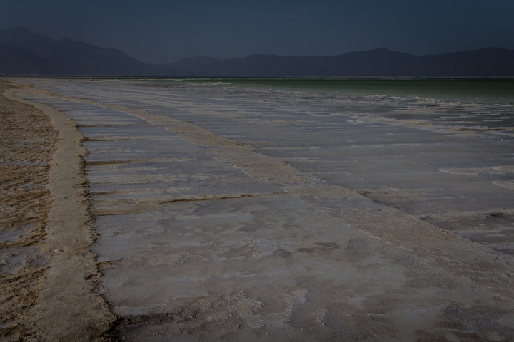 lake assal salt shore 720x480